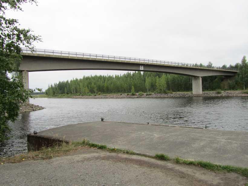 Kanava, silta ja osa laituria kesällä 2011 - päämuistomerkit vuosilta 1980-1983.