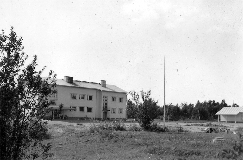 Vuonna 1957 valmistunut koulurakennus Niemisen keskikylällä.