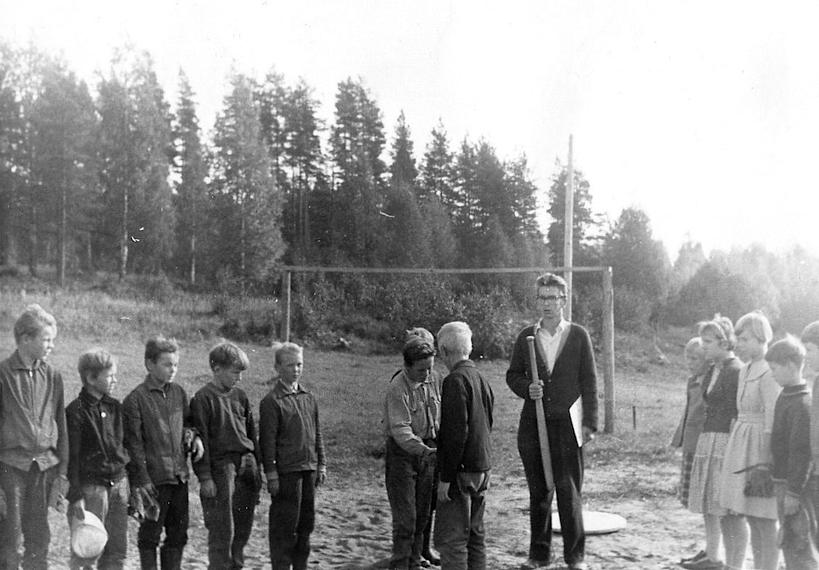 Liikunnan opetusta Niemisen koululla v. 1959. Mailan varressa opettaja Jorma Rouvinen. Niemisen koululaiset olivat innokkaita urheilijoita. Omalla koululla urheiltiin ahkerasti, ja kilpailtiin vuosittain naapurikoulujen kanssa yleisurheilussa, hiihdossa, jalkapallossa ja pesäpallossa. Osallistuttiin myös Rääkkylän koulujen välisiin kilpailuihin. Tässä on alkamassa pesäpallo-ottelu Rajaselän koululaisten kanssa vuonna 1960.