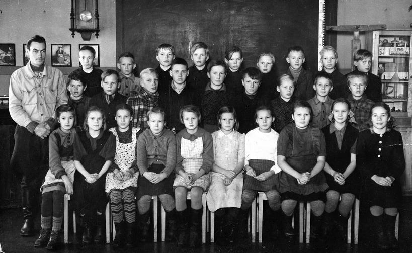 Kuva otettu vanhalla Niemisen koululla Kompakalla v 1950. Opettaja Martti Lehtinen vasemmalla.