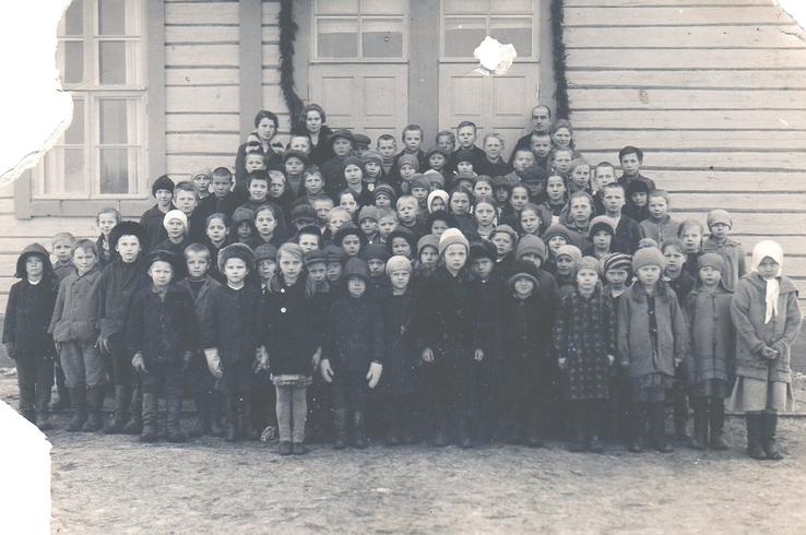 Niemisen koulun oppilaat kuvassa koulun rappusilla vuonna 1929, takana opettajat Vieno Soininen , Aili Kurkela ja Antti Turunen.