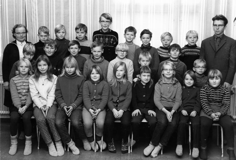 Koulukuva uudemmalta koululta Niemisen Keskikylältä vuodelta 1970. Opettajat ovat Mirjam Hirvonen ja Jorma Rouvinen.